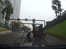 Pha đánh lái vô ý thức của 2 cô gái khiến tài xế ô tô thót tim