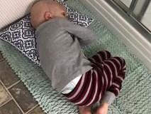Không muốn xa mẹ, cậu bé bị ung thư nằm dưới thảm chùi chân chờ mẹ tắm, chỉ ít phút sau đó, em đã mãi mãi ra đi