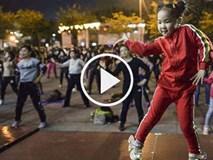 """Video: Dân mạng """"sốt xình xịch"""" với giáo viên dạy nhảy 5 tuổi"""