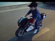Video: Bé trai lái môtô mini lượn phố gây xôn xao Hà Nội