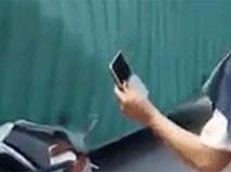 Hình ảnh gây bức xúc: Đang gội đầu, người phụ nữ lao đến dí sát điện thoại vào nạn nhân chụp ảnh