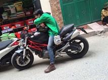 """Truy tìm anh chàng đem """"quái thú"""" Ducati gần 300 triệu chạy... xe ôm"""