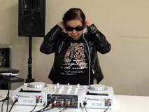 Cụ bà 82 tuổi ngày bán há cảo, đêm làm DJ chất chơi hơn người dơi