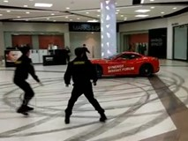 Lái siêu xe Ferrari náo loạn trung tâm mua sắm