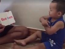 Bé trai 2 tuổi đọc chữ khiến dân mạng thích thú