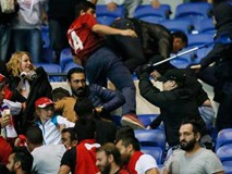 Europa League: CĐV hỗn chiến, fan nhí hoảng loạn