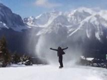 """Khoảnh khắc chàng trai liều lĩnh trượt ván lao vào giữa """"cơn lốc tuyết"""" rồi mất hút"""