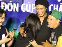 Danh thủ Ronaldinho choáng ngợp trước sự cuồng nhiệt của các fan tại Cần Thơ
