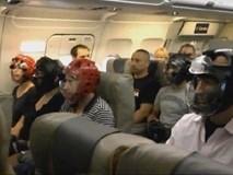 Không muốn bị thương khi đi máy bay của United Airlines, cư dân mạng kháo nhau đội mũ bảo hiểm cho chắc cú