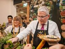Đại sứ thái rau, chiên thịt giới thiệu ẩm thực Australia - Việt Nam
