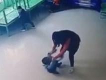 Phẫn nộ: Cô giáo mầm non tát trẻ liên tiếp rồi quăng xuống sàn