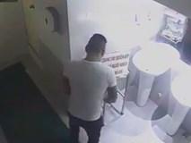 Giả vờ đi vệ sinh, 'soái ca' trộm tiền lẻ trong thùng từ thiện