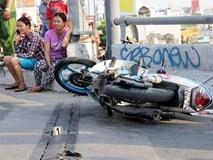 Tai nạn hy hữu ở Sài Gòn: 2 thanh niên chạy xe máy bị rơi xuống kênh