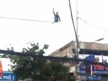 Thanh niên nghi ngáo đá đu mình trên dây điện ở Sài Gòn