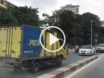 Video: Đi ngược chiều, tài xế xe tải bắt ô tô đối diện tránh đường