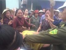 Người phụ nữ bị dân làng vây bắt vì nghi vào nhà người lạ thôi miên, lừa đảo