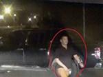 Người đàn ông cầm dao leo lên xe ô tô công vụ chặt các cây quất khi bị xử lý-2