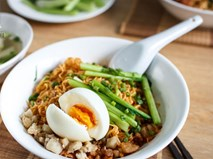 Thử ngay mì trộn trứng lòng đào - món ăn hot nhất Sài Thành hiện nay
