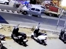 Clip: Ô tô mất lái lao lên dải phân cách, đâm trúng cả gia đình