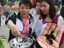 2 ngàn đồng/hạt gia vị, gần 1 triệu đồng/kg tỏi vẫn khiến hàng trăm người dân Hà Nội lùng mua