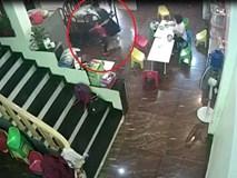 Phụ huynh vừa rời khỏi trường, cô giáo đã vung tay đe dọa rồi lôi xềnh xệch bé 2 tuổi vào nhà vệ sinh