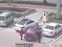 Loay hoay đỗ xe mãi không xong, hai người phụ nữ đã làm một việc ngoài sức tưởng tượng