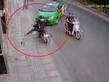 Tài xế taxi tông xe vào tên cướp, lấy lại tài sản cho cô gái