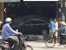 Hàng chục người hợp sức nâng chiếc Camry, giải cứu người phụ nữ bị cuốn vào gầm xe