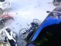 Ô tô 'điên' lao lên vỉa hè cày nát loạt xe máy, nuốt chửng cô gái vào gầm