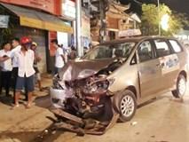 Taxi nát đầu sau va chạm với xe máy