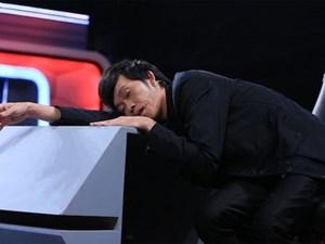 """""""Soi"""" những khoảnh khắc ngủ gật của sao Việt trong hậu trường"""