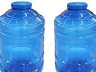 Học sinh lớp 8 bơm thuốc thực vật vào bình nước ở lớp để hại bạn