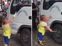 Cậu bé 5 tuổi cầm dao uy hiếp nữ tài xế ngay ở chốn đông người