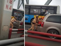 Hai chiến sĩ CSGT gồng mình đẩy xe, hình ảnh khiến cả dòng người mỉm cười
