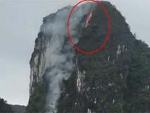 Núi đá giữa vịnh Hạ Long bốc cháy nghi ngút