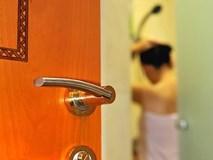 Thích nhìn trộm người khác tắm là bệnh gì?