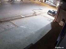 Clip: Vượt ẩu phanh gấp, nam thanh niên bị xe tải cán qua người