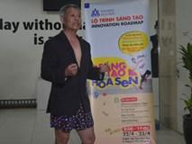 Bộ GD&ĐT yêu cầu ĐH Hoa Sen báo cáo việc giáo sư mặc quần đùi dạy học