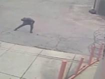 Ngộ nghĩnh tên cướp cố làm vài đường thể dục cơ bản trước khi gây án