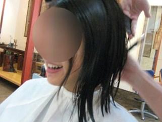 Sau 7 năm yêu, cô gái gượng cười đi cắt tóc, trang điểm lộng lẫy để dự đám cưới người yêu cũ