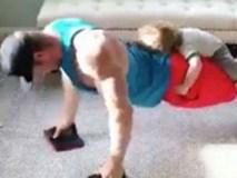 Video: Ông bố vẫn tập tạ giữa lúc 2 đứa con quậy quá tanh bành