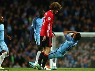 "Man City 0-0 Man United: Mourinho ""dựng xe buýt"", Fellaini bị đuổi, M.U vẫn... bất bại"