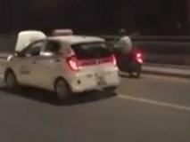 Bị lật nắp capo che khuất tầm nhìn, taxi vẫn phóng vun vút