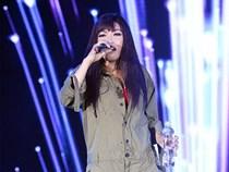 Phương Thanh bị ném cả chai nước vào mặt khi đang hát