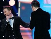 Mr Đàm bối rối khi được Dương Triệu Vũ tặng nhẫn 'cầu hôn' trước hàng trăm khán giả