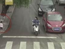 Video: Mẹ sơ ý để con gái băng qua đường chui tọt gầm ô tô