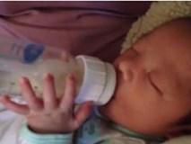 Bé sơ sinh mới 18 ngày tuổi đã tự cầm bình bú sữa khiến người xem ngỡ ngàng