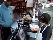 Bị cướp dí súng vào đầu, nhân viên thu ngân vẫn điềm tĩnh nghe nhạc rồi mới đưa tiền