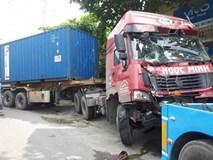 Xe container tông sập 2 nhà dân ở Hà Nội