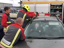 Bé trai 14 tháng tuổi cười nắc nẻ khi nhân viên cứu hỏa tìm cách cứu cậu bé ra khỏi ô tô